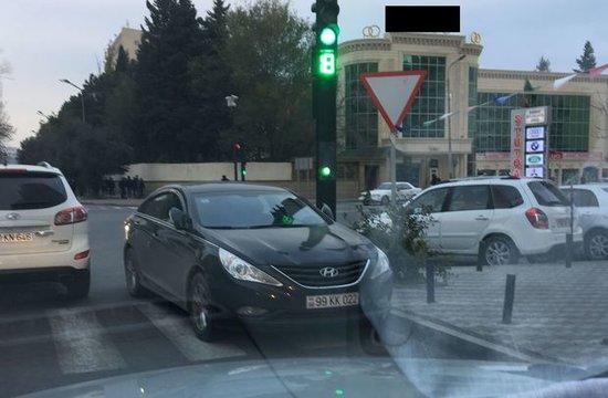 Bakıda yol qaydalarını pozan sürücü – FOTO