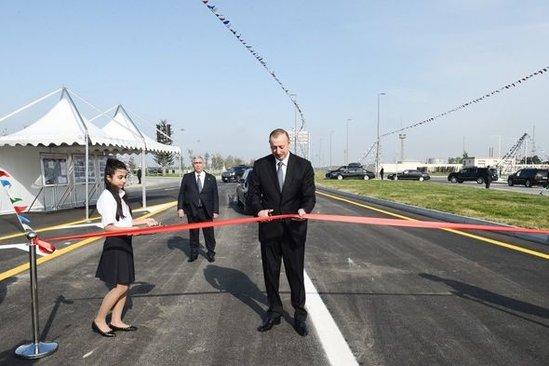 Prezident yeni yolun açılışında avtomobil sürdü - FOTOLAR