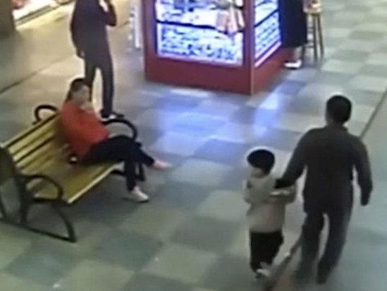 Ata 9 ay əvvəl qaçırılan oğlunu ticarət mərkəzində tapdı - FOTO