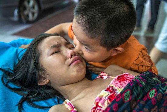 Dünya BU FOTOLARA AĞLADI: Xəstə bacısını tək qoymadı, BU SÖZLƏRİ ÜRƏK PARÇALADI