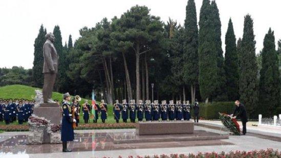 Prezident ümummilli lider Heydər Əliyevin məzarını ziyarət etdi