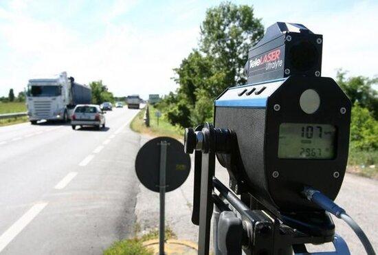 Qadın sürücü avtomobilini saatda 703 km sürətlə idarə etdiyi üçün cərimələndi - FOTO