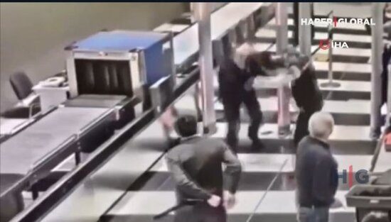 Hava limaninda tehlukesizlik yoxlanishindan kecmek istemeyen sernishin muhafizeciye hucum etdi - VİDEO