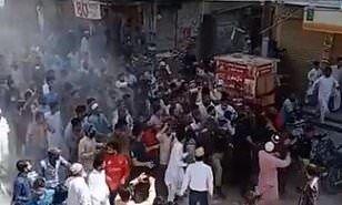 Pakistanlılar kütləvi ibadətə mane olan polisləri daş-qalaq etdilər