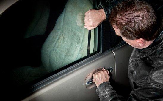 Bakı sakini döyülərək avtomobili əlindən alındı