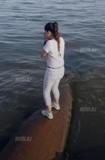 """Bakıda qız """"Tik Tok""""a görə həyatını təhlükəyə atdı - FOTO"""