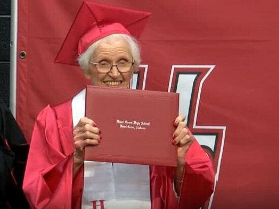 94 il sonra diplomunu aldi - FOTO