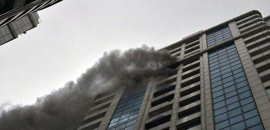 Yanan binadan çıxarılan ana və övladı Toksikologiya Mərkəzinə yerləşdirilib