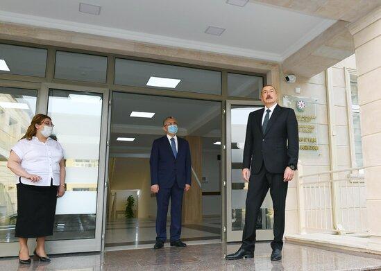 Prezident İlham Əliyev məktəbdə aparılan əsaslı təmir işləri ilə tanış olub