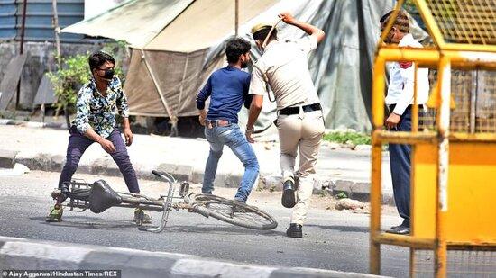 Hindistanda polis karantinə əməl etməyənləri dəmir çubuqla döydü-FOTOLAR